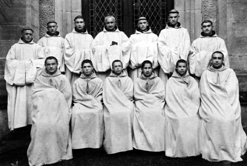 s_m1_t3_p05_img04_Fr. Pio with the young monks of the comunity